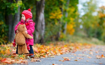 Little girl, child, children, childhood, trees, road, teddy bear, autumn, lonely, маленькая девочка, обои, картинки, фото